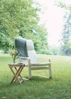 芝生の上のイスとミニテーブル