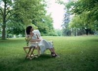 草原のイスでくつろぐ女性