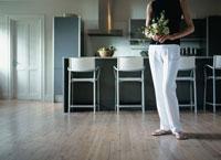 白い花を持って立つ女性
