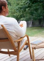 ウッドデッキのイスに座ってくつろぐ男性後姿 20010000184B| 写真素材・ストックフォト・画像・イラスト素材|アマナイメージズ