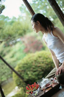 庭園を眺める女性