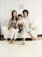 ソファに座る家族のポートレート