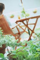 ガーデンテーブルでリラックスする女性
