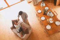 ダイニングテーブルとカップル