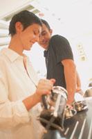 キッチンでお茶を入れるカップル