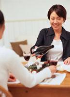 ワインを楽しみ食事をする女性2人