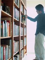 本棚と男性