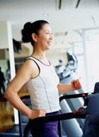 ジムで運動をするミドル女性 20010001020| 写真素材・ストックフォト・画像・イラスト素材|アマナイメージズ
