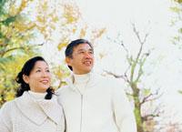 黄葉の木々とミドルカップル