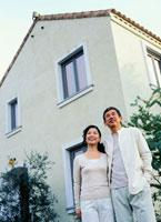 家の前に立つミドルカップル