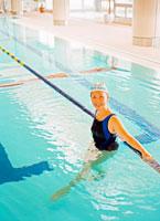 プールの中のミドル女性 20010001084| 写真素材・ストックフォト・画像・イラスト素材|アマナイメージズ