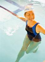 プールの中のミドル女性 20010001085| 写真素材・ストックフォト・画像・イラスト素材|アマナイメージズ