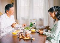 食事をするミドルカップル