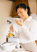 料理をするミドル女性