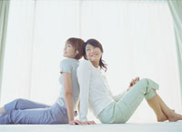 背中合せに座り音楽を聴く女性 20010001156A| 写真素材・ストックフォト・画像・イラスト素材|アマナイメージズ