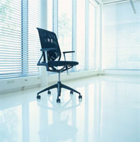 ブラインドのある白い室内の椅子