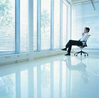 椅子に座る外国人ビジネスマン