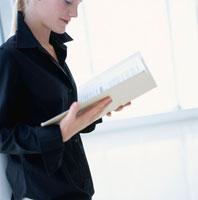 本を読む外国人女性
