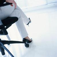 椅子に座る女性の足元