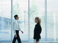 室内を歩く外国人ビジネス男女