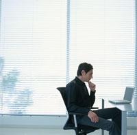 パソコンをする外国人男性