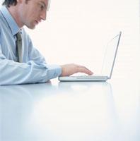 パソコンをする外国人男性横顔