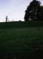 自転車の乗る外国人男性と空