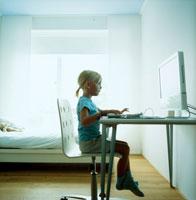 パソコンを操作する女の子