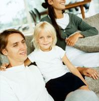 ソファに座る笑顔の外国人ファミリー
