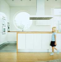 キッチンの前を歩く女の子