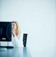 パソコンで仕事をする外国人女性
