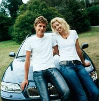 車と外国人カップル