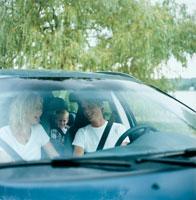 ドライブをするファミリー 20010001330| 写真素材・ストックフォト・画像・イラスト素材|アマナイメージズ