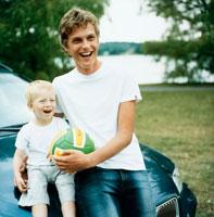 車と家族 20010001331| 写真素材・ストックフォト・画像・イラスト素材|アマナイメージズ