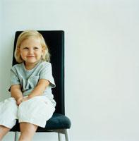 イスに座る女の子のアップ
