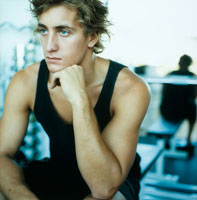 ジムでウェイトトレーニングをする男性 20010001348| 写真素材・ストックフォト・画像・イラスト素材|アマナイメージズ