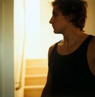 室内の外国人男性の横顔