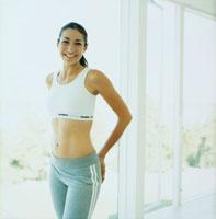 室内でトレーニングする女性