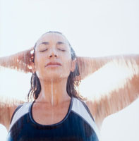 スポーツウェアでシャワーを浴びる女性