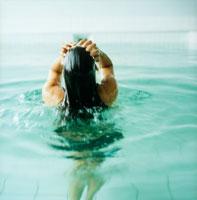 プールの中の女性の後姿 20010001373| 写真素材・ストックフォト・画像・イラスト素材|アマナイメージズ