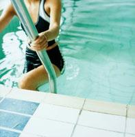 プールのステップを上がる女性 20010001375| 写真素材・ストックフォト・画像・イラスト素材|アマナイメージズ