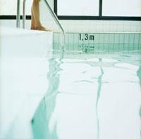 プールのステップと女性の足 20010001377| 写真素材・ストックフォト・画像・イラスト素材|アマナイメージズ