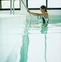 プールのステップと女性