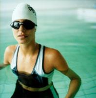 ゴーグルをつけたプールの女性アップ