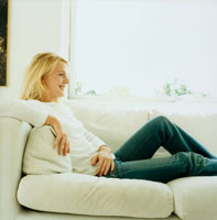ソファでくつろぐ笑顔の女性