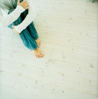 床に座る女性の足元