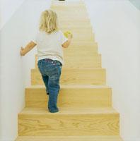 階段を上る女の子の後姿