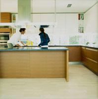 キッチンの外国人カップル 20010001404| 写真素材・ストックフォト・画像・イラスト素材|アマナイメージズ