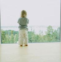 窓辺に立つ外国人の子供