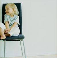 イスに座る外国人の子供